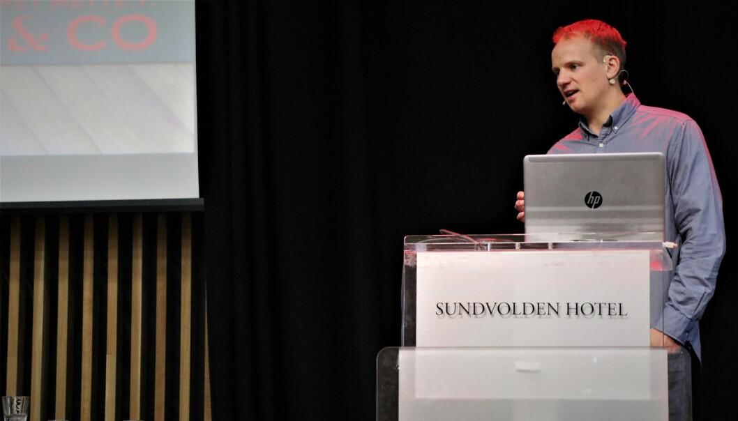Bendik Falch-Koslung holdt en av de totalt 11 sesjonene under Forsvarerseminarets tettpakkede program på Sundvolden Hotell i helgen.