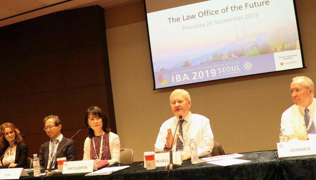 Cecilia Möller Norsted fra Stockholm, Sai Ree Yun fra Seoul, Chie Matsushita fra Tokyo, Stephen Revell fra Singapore, Philip Skinner fra USA diskuterte fremtidens advokatvirksomhet under IBA-festivalen som fant sted i Seoul.