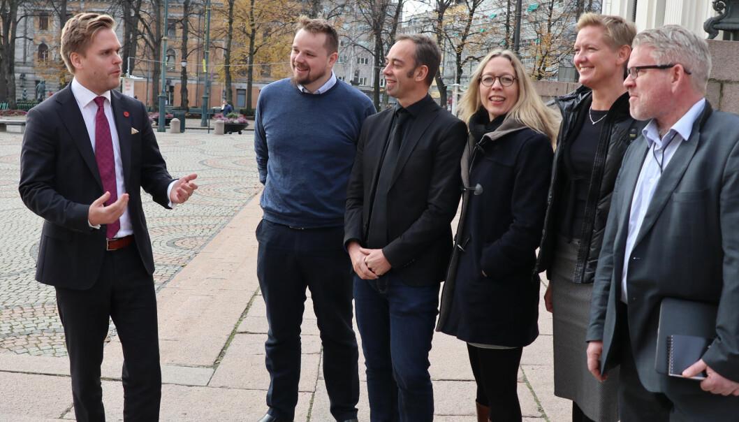 Statssekretær Kristoffer Sivertsen (Frp) (t.v.) møtte nylig representanter fra akademia. Fra venstre stipendiat Runar Hilleren Lie, UiO-professor Malcolm Langford, UiO-professor Kristin Bergtora Sandvik, prodekan ved OsloMet Tale Skjølsvik, og UiO-professor Erling Hjelmeng.