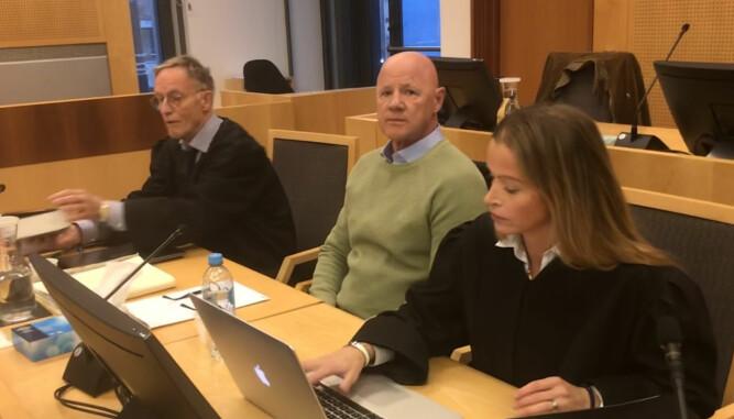 Saken der Jannik Iversen (i midten) ble dømt for utpressing av Kjell Inge Røkke fikk massiv oppmerksomhet tidligere i høst. - Hvis man lar seg påvirke av alt som skjer rundt risikerer man å gjøre en dårligere jobb som advokat. Det har vi vært bevisste på i denne saken, sier Malling.