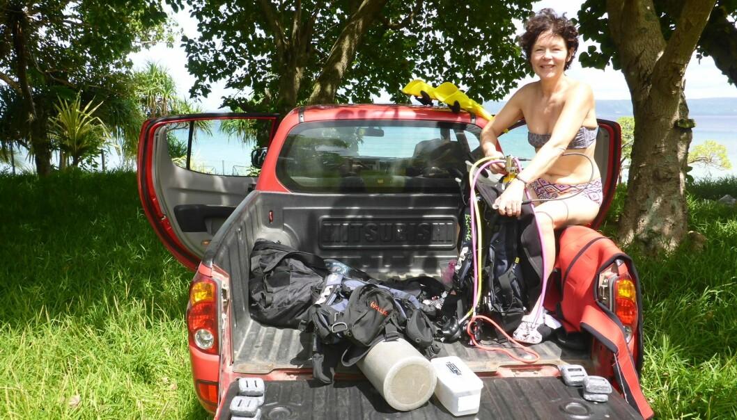 Hovednedslagsfeltet for Anne Nesheims dykkeresort blir Australia, New Zealand – og Nesodden selvfølgelig. Her forbereder hun dykkeutstyr på Vanuatu. Foto: Privat/@nesheimanne