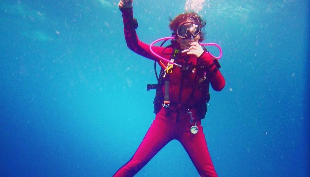 - Det er livet under vann vi er mest interessert i, forteller Anne Nesheim. Selv var hun fast bestemt på at hun ikke ville ha tradisjonelt svart dykkerutstyr. Foto: Privat/@nesheimanne