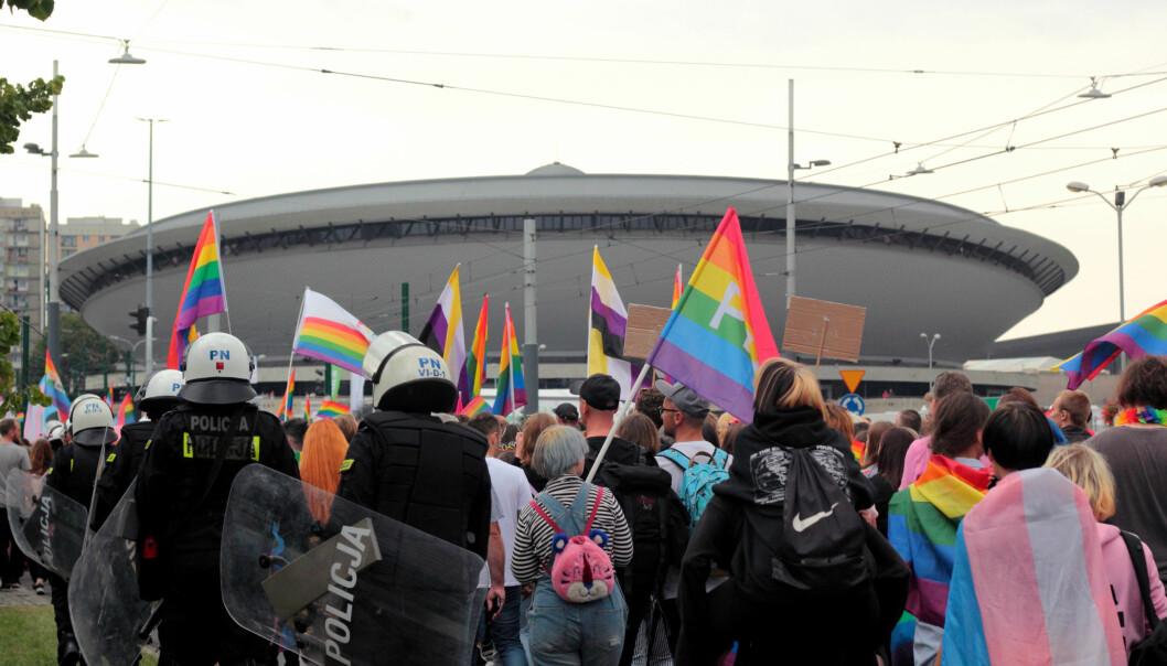 Hatet mot homofile tiltar i Polen. Da en Pride-parade fant sted i byen Katowice tidligere i høst måtte deltagerne beskyttes av en styrke politi bevæpnet med skjold og hjelmer.