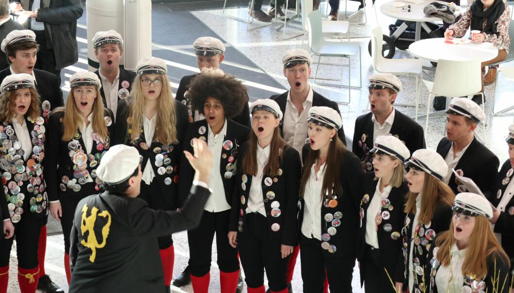 Chorus Mixtus innviet det nye fakultetsbygget med en medley av Karpe Diem-sanger.