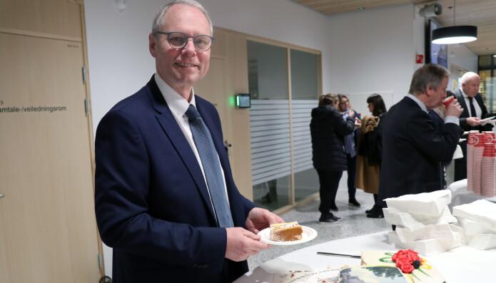 Professor og initiativtager til flyttingen Hans Petter Graver hadde god grunn til å feire med kake under den offisielle åpningen.