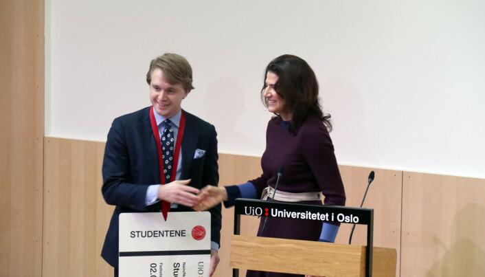 Leder for juridisk studentutvalg, Mats Fredrik Baardseth, fikk på vegne av jusstudentene et nøkkelkort til bygget av Entra-direktør Sonja Horn