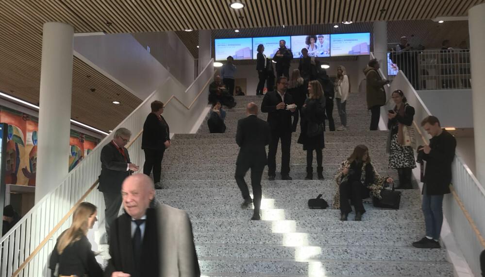 Det første som møter de besøkende i det nye bygget er en stor steintrapp.