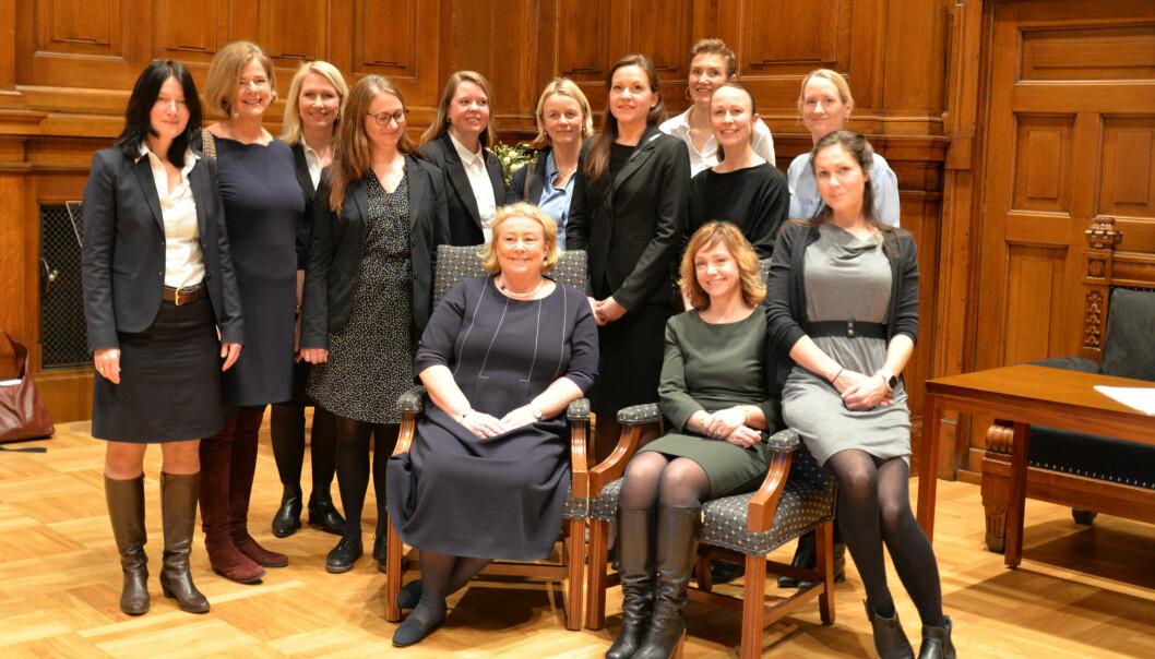 Tolv av de tretten nye kvinnelige møterettsadvokatene sammen med justitiarius Toril Marie Øie.