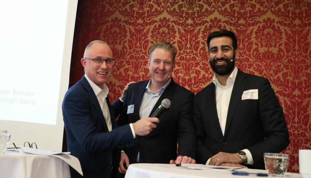 Tarjei Thorkildsen (t.v.) slo av en prat med Hans Jørgen Bender fra Selmer, og Rajvinder Bains fra BAHR før de to sistnevnte skulle på scenen for å prate om konkurranseklausuler.