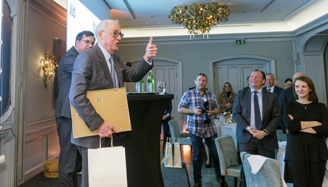 Ole Lund ga tommelen opp da han mottok prisen på Finansavisens galla onsdag kveld.