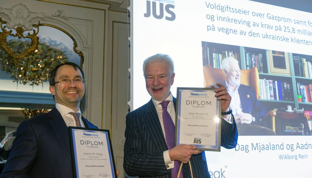 Aadne M. Haga og Dag Mjaaland fra Wikborg Rein kunne glede seg over seieren i kategorien årets juridiske prestasjon for sitt arbeid med Gazprom-saken.