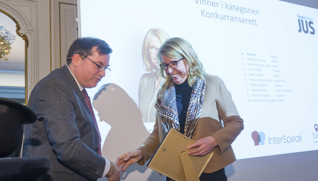 Siri Teigum fra Thommessen vant igjen i kategorien konkurranserett, og mottok diplom av Finansavisens Oliver Orskaug.