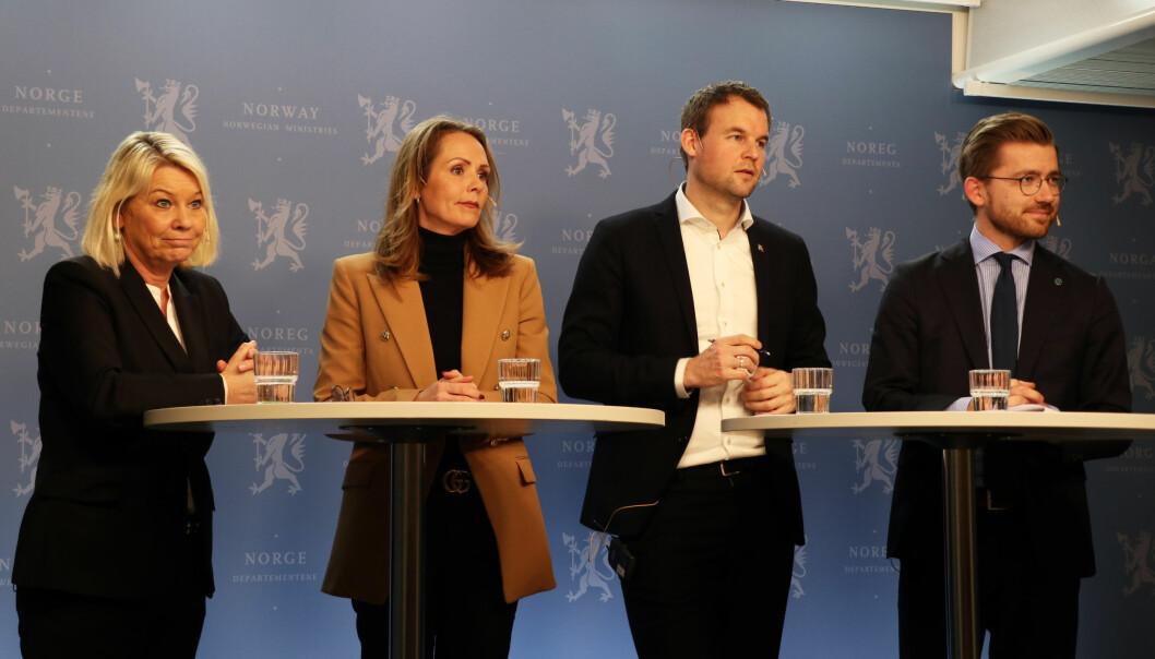 Monica Mæland, Linda Hofstad-Helleland, Kjell Ingolf Ropstad og Sveinung Rotevatn på mandagens pressekonferanse i Oslo sentrum.
