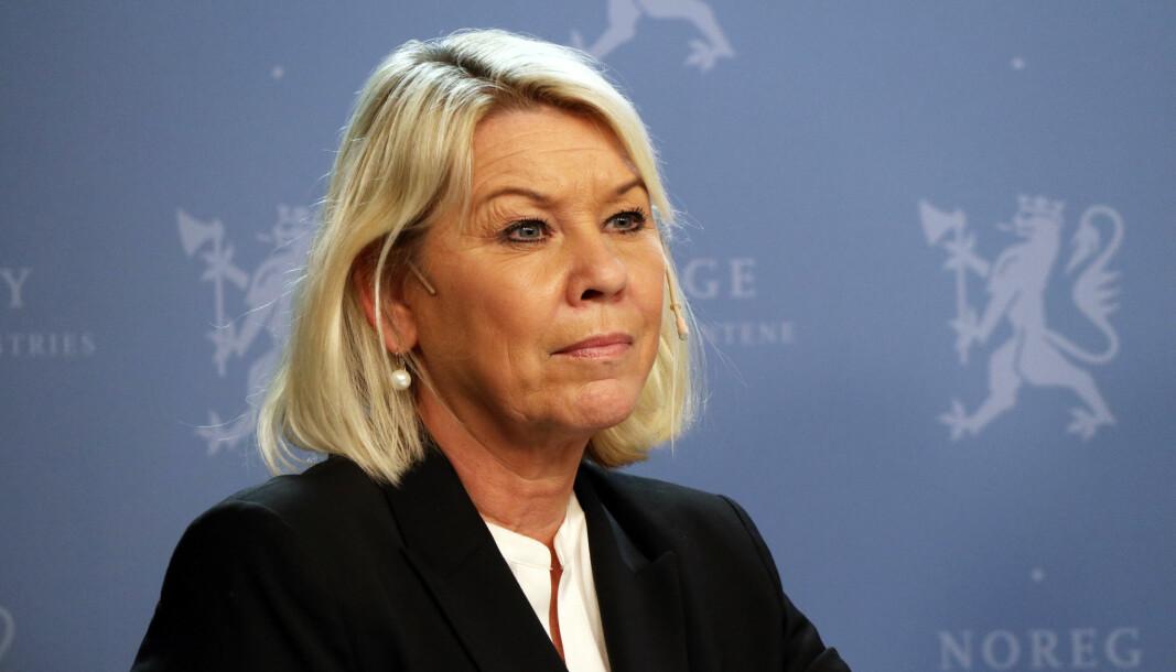 Monica Mæland (H) har ennå ikke tatt stilling til om kuttet av reisesalæret skal reverseres.