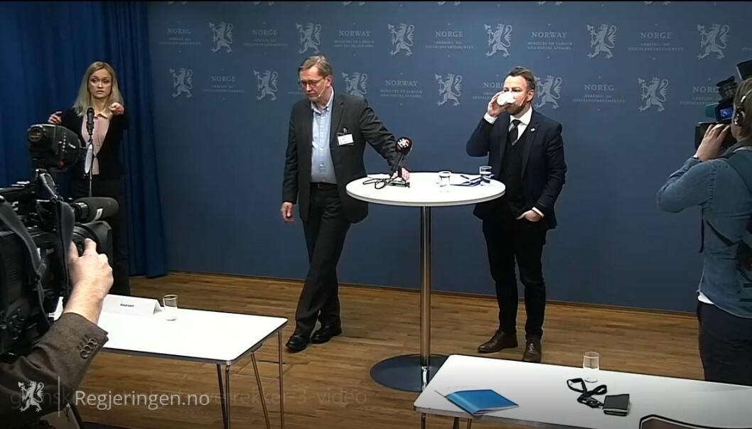 Utvalgsleder Finn Arnesen presenterte delutredningen på en pressekonferansen i dag. Til høyre arbeids- og sosialminister Torbjørn Røe Isaksen (H). Til v. kommunikasjonsjef Nina Kraugerud Ertzaas.