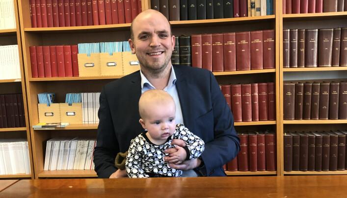 Asgeir (6 mnd) har vært med mange ganger på kontoret. Her med partner Simen Skjønsberg.