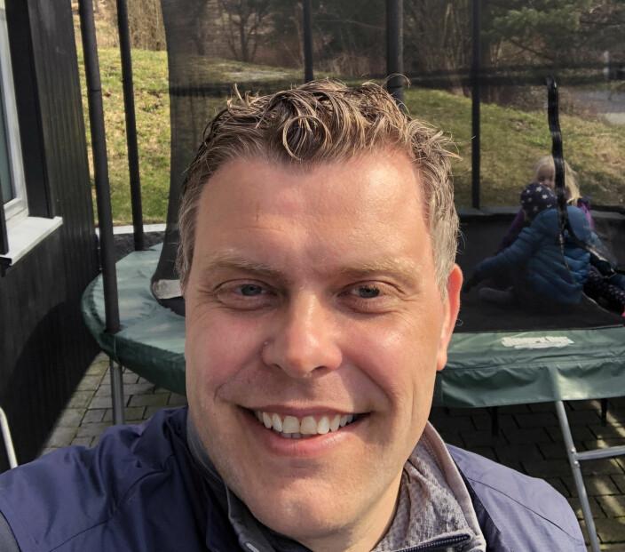 Småbarnsfaren og advokaten Jøran Kallmyr har hatt god tid til familietid på trampolinen i hagen den siste tiden.