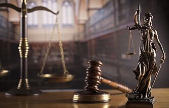 Trosser karantebestemmelsene for å holde domstolen i gang