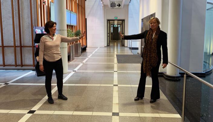 Else-Marie Merckoll og Aase K. Sigmond illustrerer «hold avstand» i et ellers tomt Oslo tinghus.