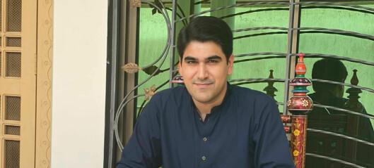 Advokat Farhad Ahmed Khan er korona-fast i Pakistan på fjerde uken