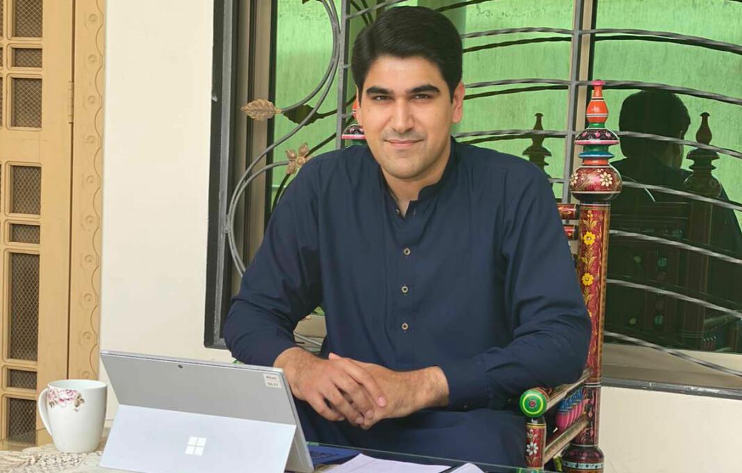 Farhad Ahmed Khan er fagsjef for strafferett i Legalis i Oslo og arbeider nå fra landsbygda i Pakistan.