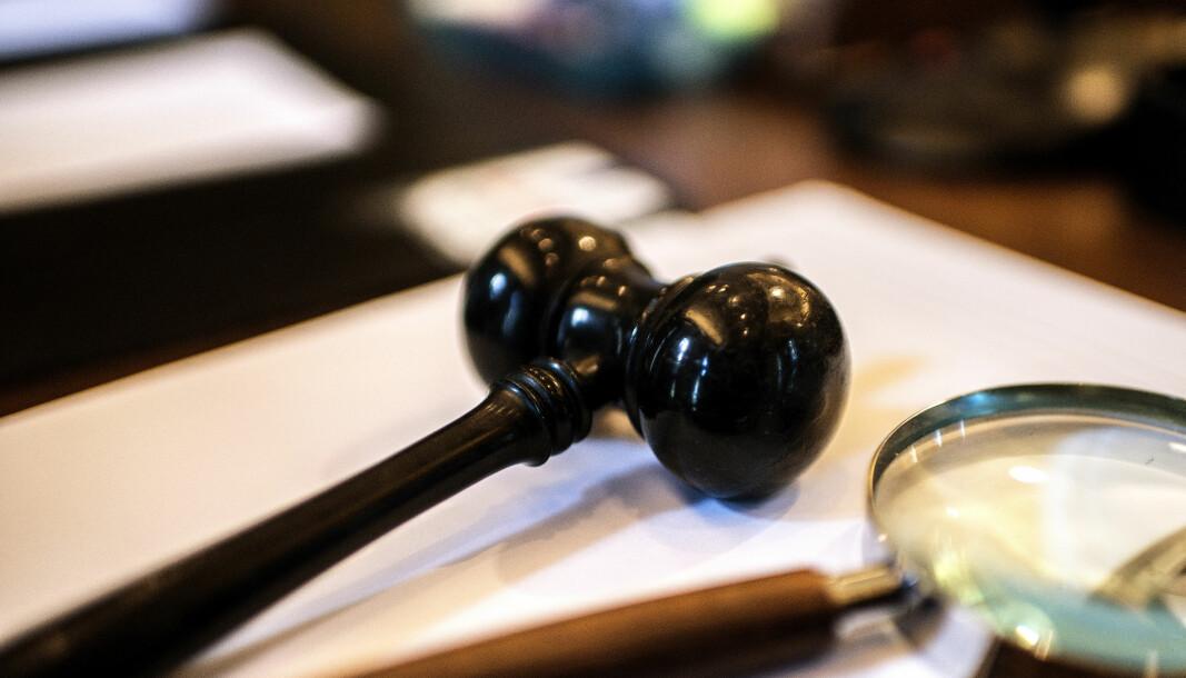 Høyesterett kom til at en langvarig praksis som ga en advokatverge betalt med offentlig salærsats, måtte anses avtalerettslig bindende, men at den måtte kunne kreves endret med rimelig varsel.