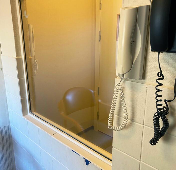 Øyeblikksbilde fra et klientmøte i Arendal fengsel like før påske. - Flotte fasiliteter, beskriver Espen Wangberg ironisk.