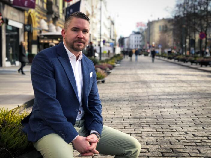 Erling Løken Andersen er advokat og innehaver av Omega Media, et norsk IT-utviklingsselskap som har utviklet Advokatguiden.