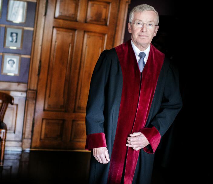 Kappene til dommerne i Høyesterett må ha brem av rød fløyel. Her tidligere justitiarius Tore Schei.