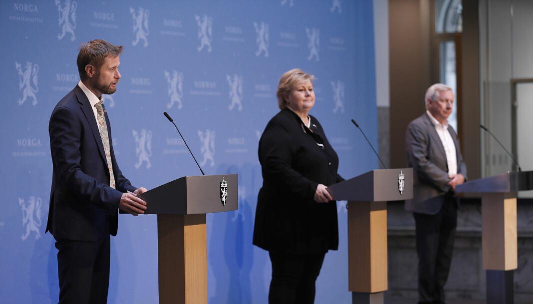 Helse- og omsorgsminister Bent Høie, statsminister Erna Solberg, og leder i den nyoppredede Koronakommisjonen Stener Kvinnsland