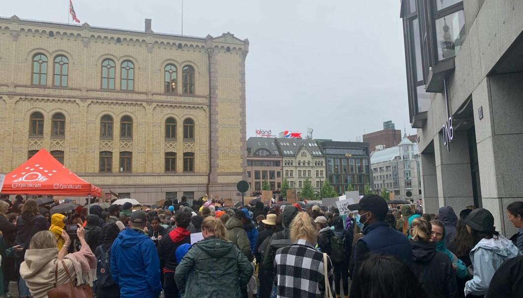 Fredag ettermiddag møtte mange demonstranter opp utenfor Stortinget for å vise sin støtte til George Floyd og mot rasisme.