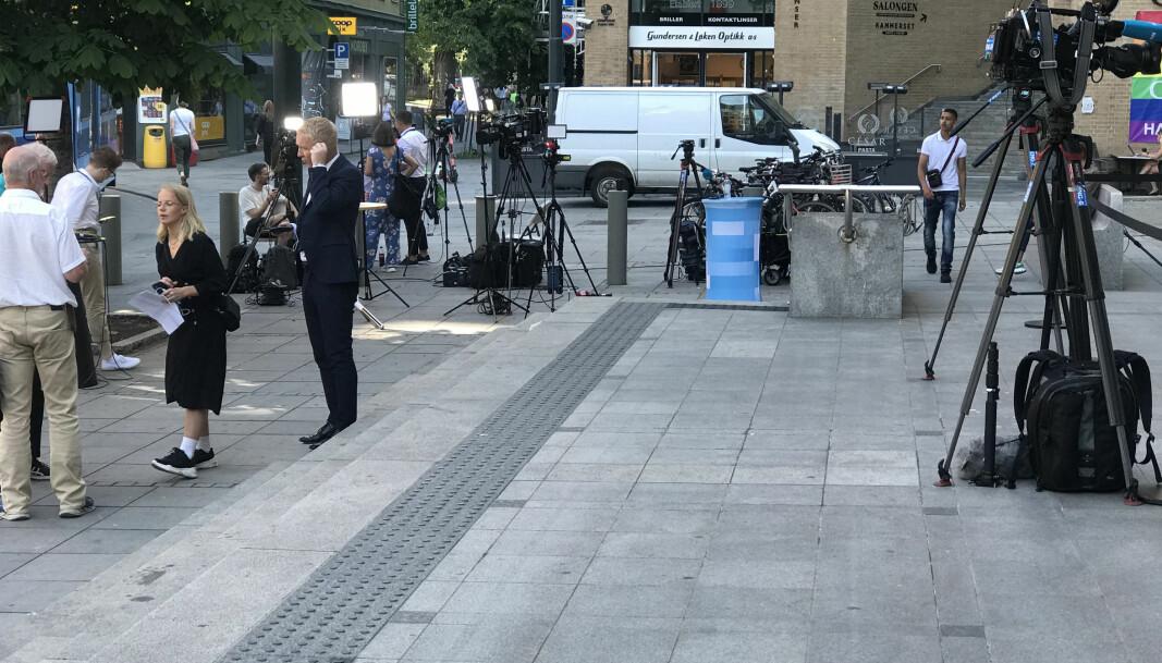 Et massivt presseoppbud sto fredag utenfor Oslo tinghus der den 83 siders lange knusende dommen mot Eirik Jensen ble lest opp.