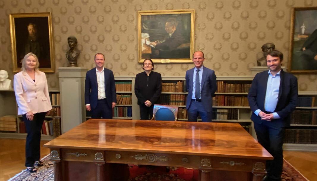 Agnete Haugerud fra Ernst & Young, Thor Legård fra KPMG Law, Ragnhild Hennum fra UiO, Omar G. Dajani fra Finansdepartementet, og Daniel Herde fra Deloitte var med da avtalen ble underskrevet.