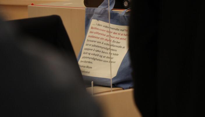 Laila Bertheussens veske vekket oppsikt blant de oppmøtte i Oslo Tingrett. Teksten ble sendt i en e-post fra politiadvokat Thomas Blom til Bertheussens forsvarer John Christian Elden.
