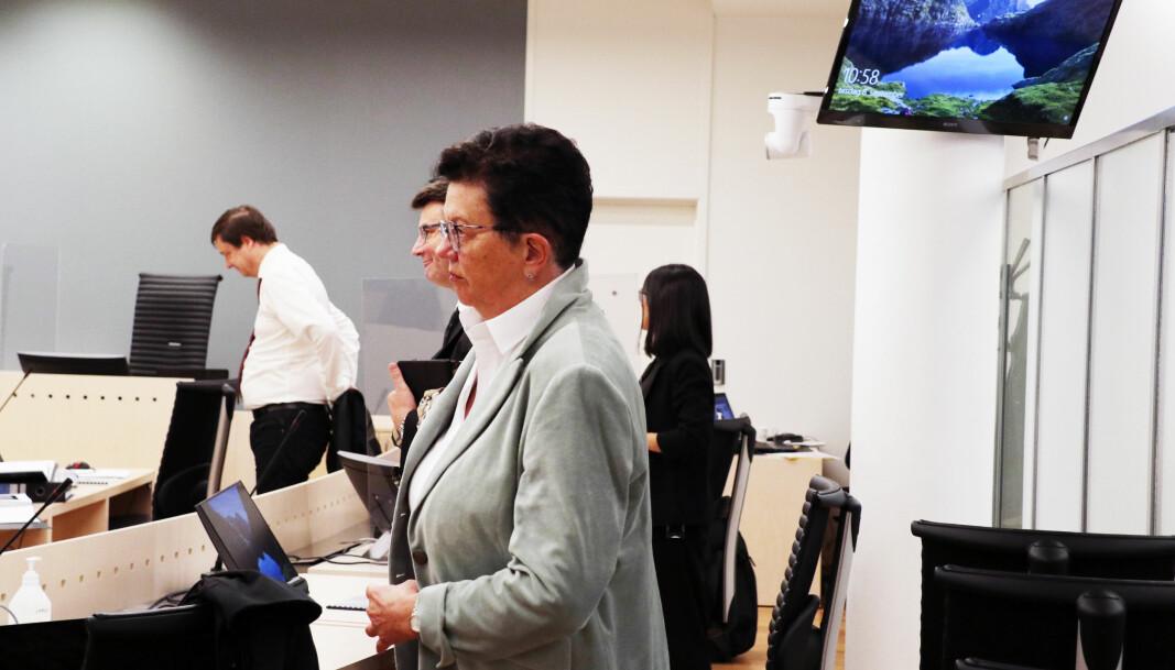 Ellen Holager Andenæs er bistandsadvokat for tidligere justisminister Tor Mikkel Wara. Til venstre står tiltaltes forsvarer John Christian Elden.