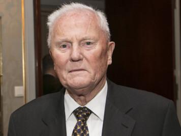 Hans Stenberg-Nilsen var leder av Advokatforeningen fra 1985 til 1988. Han er utnevnt til ridder av 1.klasse av St. Olavs orden for sitt samfunnsnyttige virke spesielt knyttet til rettssikkerhet, ytringsfrihet og etikk.