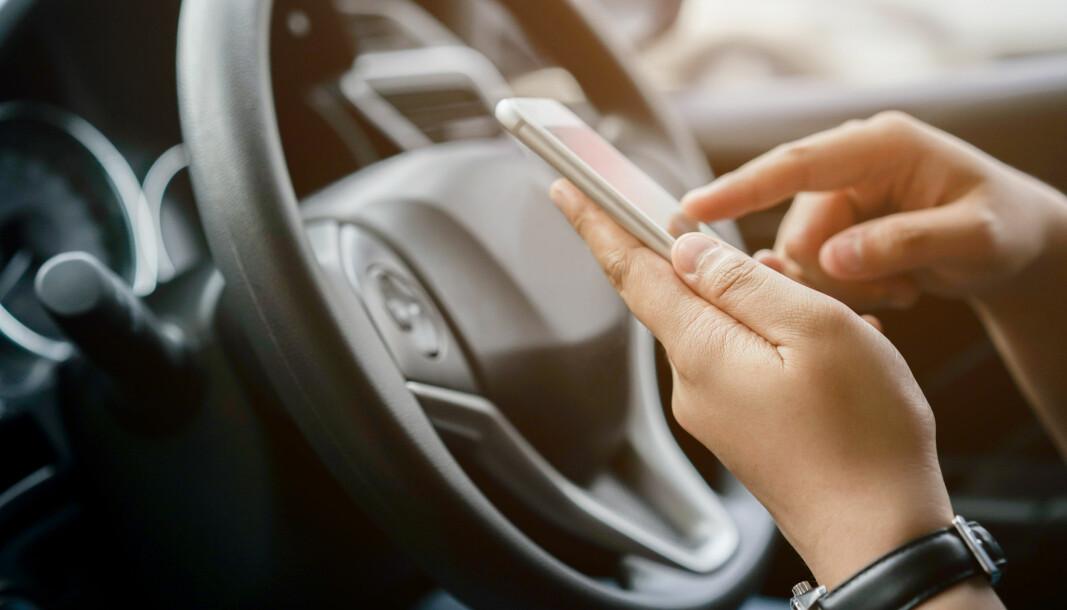 Ifølge Høyesteretts flertall kan man ikke ta opp mobilen å skrive en melding selv om køen står helt stille.