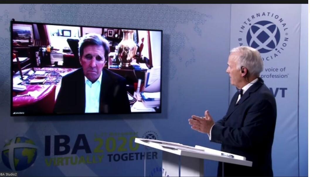 En litt annerledes IBA-konferanse startet mandag. Her er USAs tidligere utenriksminister John Kerry i samtale med IBAs britiske generalsekretær Mark Ellis
