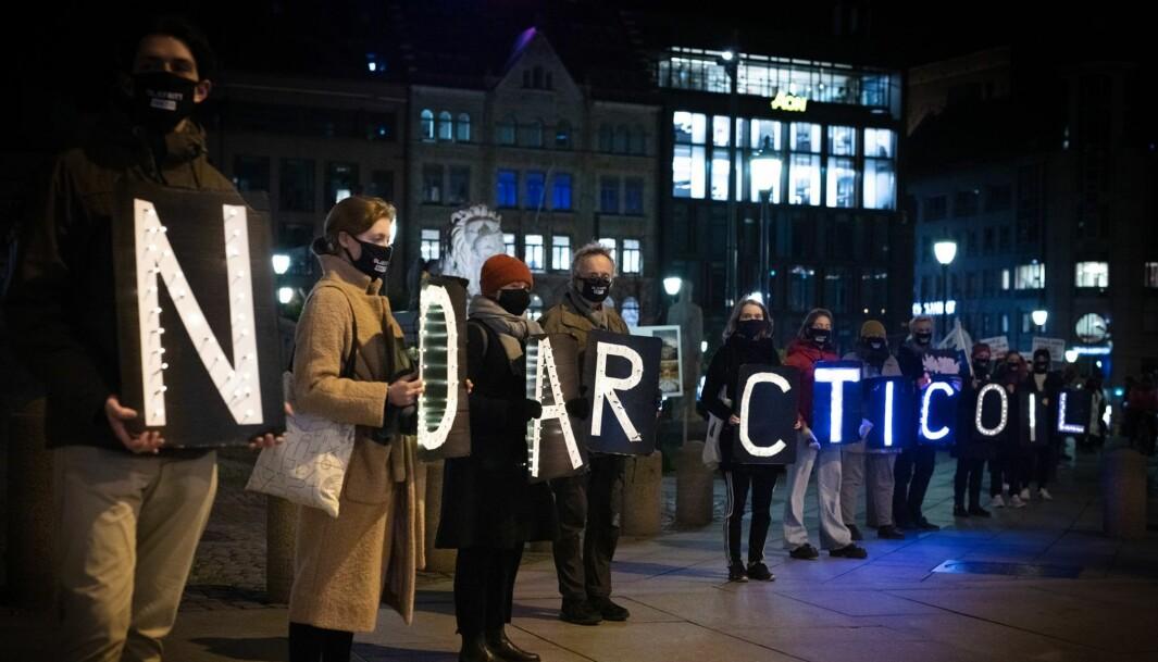 I går møtte folk opp klokken 18.14 og tente lys for Grunnloven til støtte for klimasøksmålet, skriver Greenpeace på sin Facebook-side Klimating Arktis. Her fra markeringen i Oslo.