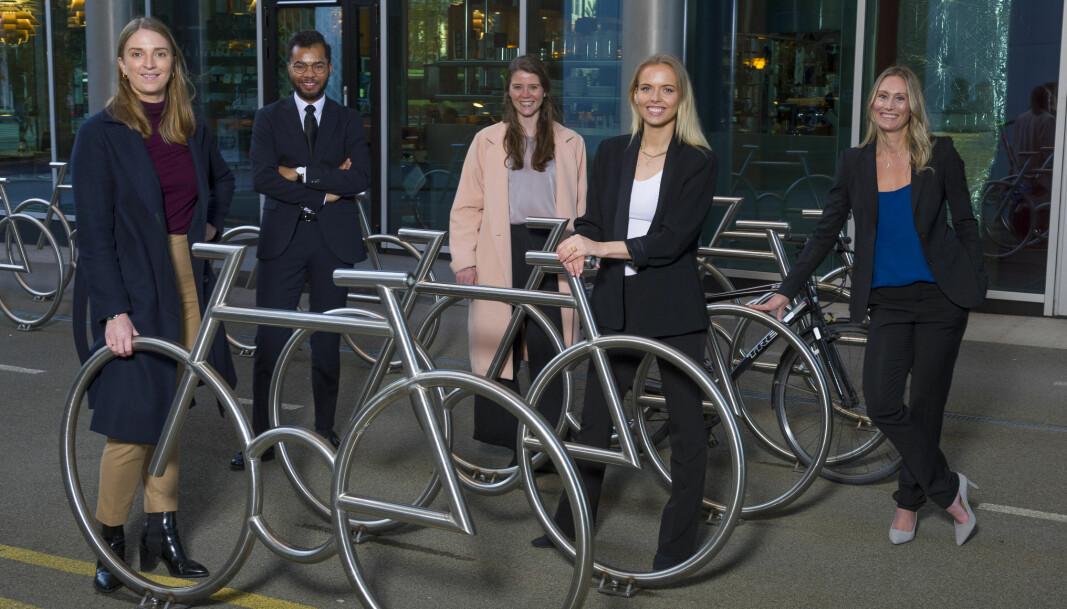 Advokatbladet samlet én advokat fra hvert av de Talentpris-nominerte firmaene til en fotoseanse i Bjørvika i Oslo sentrum. (F.v.) Oda Ekre (Wiersholm), Patrick Oware (Wikborg Rein), Heidi Jorkjend (Thommessen), Aurora Bjørnvold Assev (Riisa & Co.), og Elisabeth Hoffman (Bull & Co.).