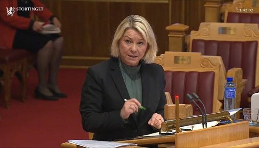 Justisminister Monica Mæland forsvarte domstolreformen i Stortinget i dag.