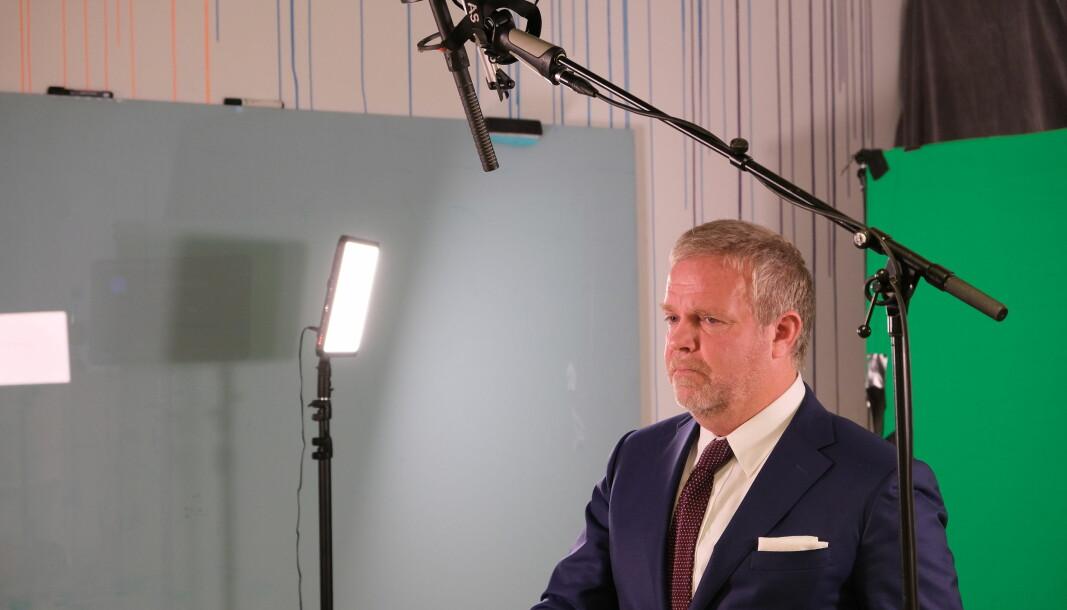 Jon Wessel-Aas under innspillingen av årstalen, som er tilgjengelig på Advokatforeningens nettsider.