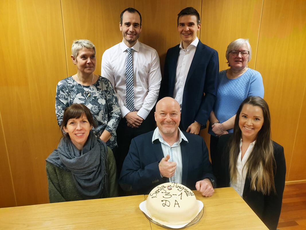 Sorenskriver Frank Kjetil Olsen (i midten) feiret med kake sammen med de ansatte i Senja tingrett.