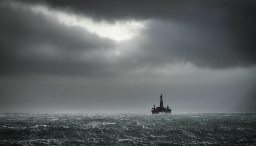 Oljeriggen Ocean Nomad fotografert i høststorm.