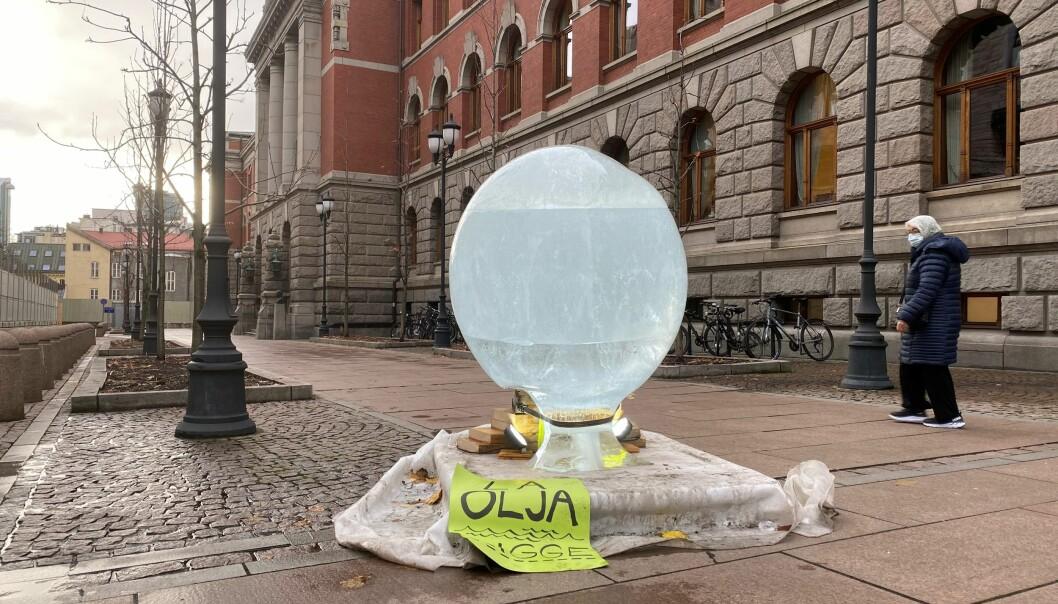 Aksjonister satte opp en klode av is utenfor Høyesterett mens plenumssaken pågikk.