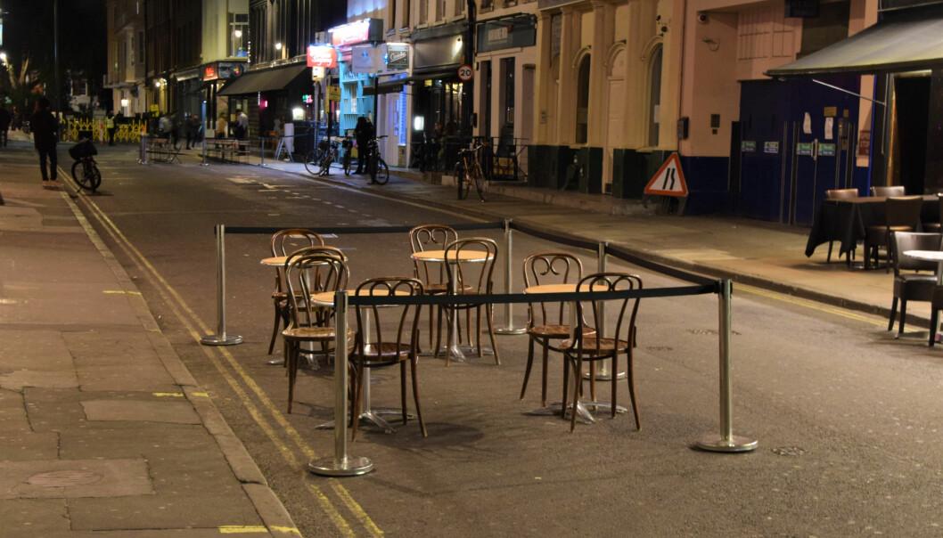Regjeringen ønsker å ha muligheten til å innføre et portforbud, og dermed enda tommere gater. Her fra en tom restaurantgate i London i fjor høst.