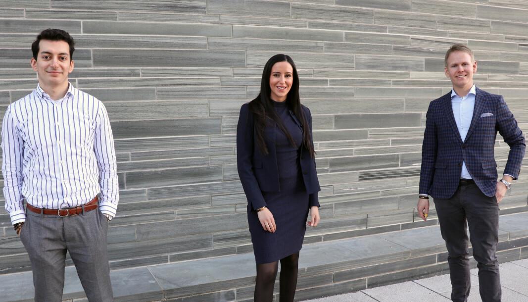Jusstudent Oguz Kalayci, fast advokat Fatima Dahri og partner Georg Engebretsen gleder seg over å være i gang med en ny mentorordning.