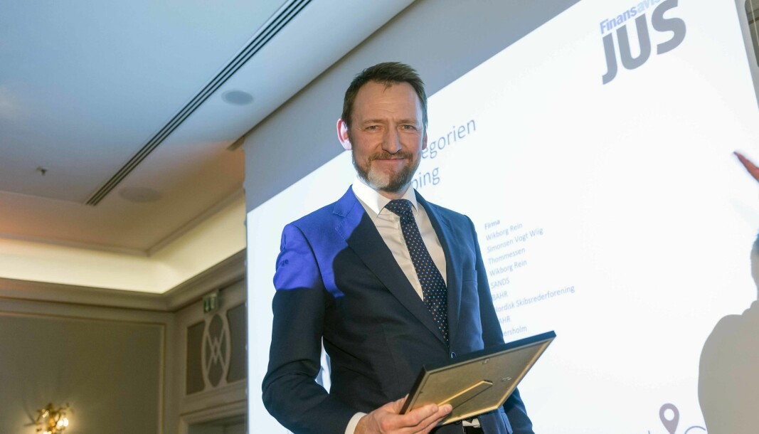 Oddbjørn Slinning har i flere år vært rangert som en av landets ledende advokater innen shipping. Her fra da han mottok diplom som vinner i fjorårets advokatundersøkelse i regi av Finansavisen.
