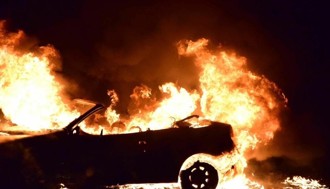 En parkert bil førte til skader på to boliger, og til spørsmålet om hvilken forsikring som skulle dekke skadene.