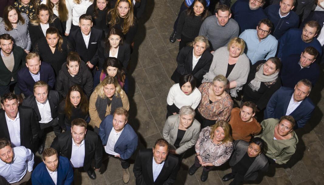 Johan Dolven (foran) og et lite utvalg av HELPs advokater (til venstre). Til høyre et utvalg av firmaets økonomer, markedsførere, teknologer og andre fra ulike stabfunksjoner.